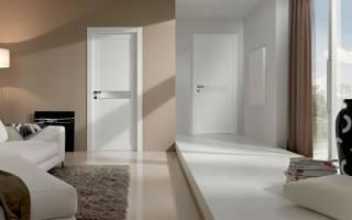 Белая дверь с белыми обоями