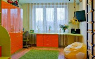 Стол в детской вдоль окна