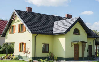Дом из красного кирпича с красной крышей