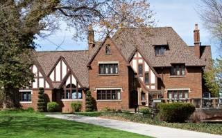 Дом из красного кирпича с коричневыми окнами