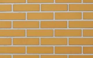 Желтая кирпичная стена