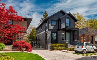 Дом из темного кирпича с темными окнами