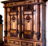Мебель резная из дерева под старину