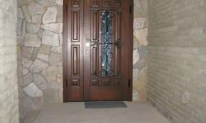 Какую дверь поставить в частный дом